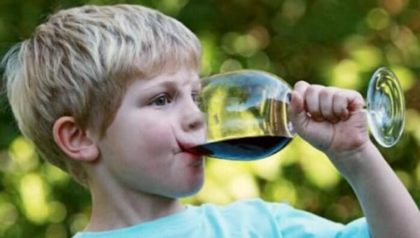 Батьки можуть сильно впливати на те, чи будуть їхні діти вживати алкоголь. Чим раніше ви поговорите з дитиною про шкоду алкоголю, тим краще. За статис