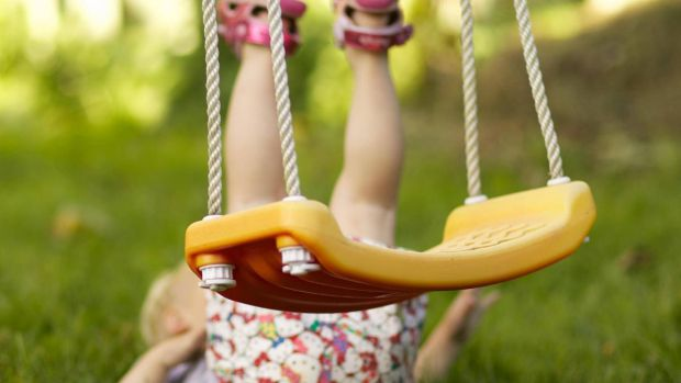 Доволі часто діти отримують травми під час катання на гойдалках, як вберегти малюка - читайте далі.