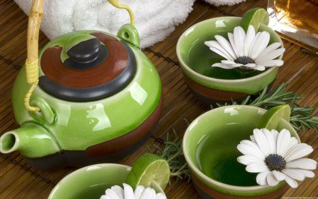 Зелений чай в давнину китайці вважали ліками. Саме бактерицидні властивості зеленого чаю були оцінені європейцями, коли екзотичний напій був привезени
