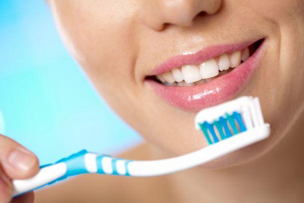 Найпростіший варіант, який першим приходить в голову, коли замислюєшся про домашнє відбілюванні зубів, - сходити в аптеку за спеціальною пастою. Вони