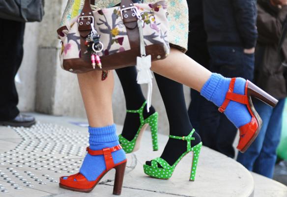 Шкарпетки в поєднанні з туфлями чи босоніжками вже кілька сезонів поспіль вважається стильним трендом, зважившись на який, ви одразу потрапляєте в спи