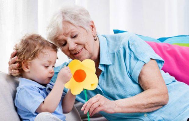 Як бабусі люблять виховувати своїх внуків - читайте далі.
