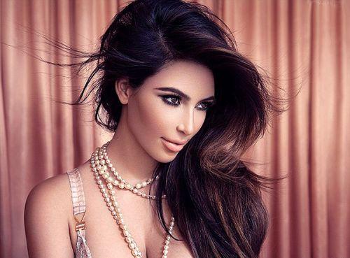 Знаменита красуня завжди виглядає ефектно та красиво. Її макіяж та волосся є своєрідним еталоном для модниць.