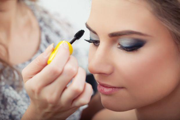 Як правильно робити макіяж?Візажист у нашому відео розповідає, як з легкістю зробити професійний макіяж з акцентом на очі.Послідовний і докладний опис