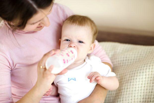 Якщо дівчаток годувати дитячою сумішшю, а не грудьми,то це може підвищити ризик хворобливої менструації потім, передає