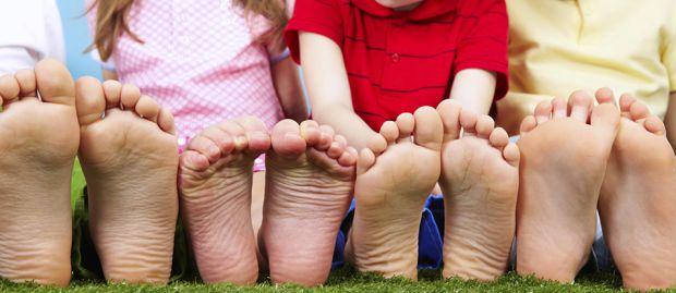 Наукові співробітники назвали ефективні методи, що дозволяють уникнути розвитку плоскостопості в малюка.