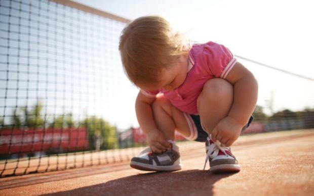 Щоб навчити дитину вдягатися самостійно, особливу увагу треба приділити цьому аспекту, коли малюку 2-3 рочки. Психологи запевняють: саме в цьому віці