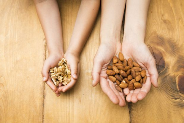 Вчені з Америки радять вживати горіхи маленькими порціями, але регулярно.