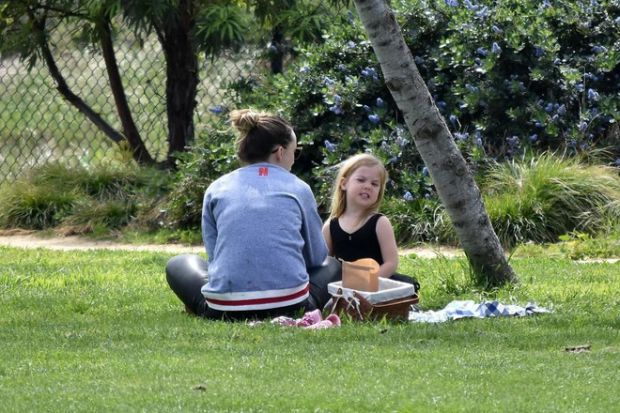Рідкісний вихід: Олівія Вайлд з донькою на пікніку (ФОТО)