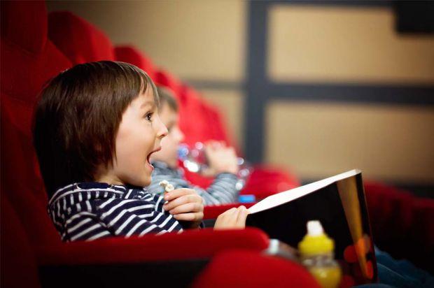 Не варто ходити в кіно з дуже маленькими дітьми. Дитині може стати там нудно і дискомфортно, та й навряд чи малюк зможе спокійно просидіти в кріслі та