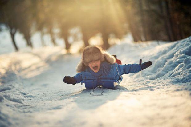 Одевая ребенка на улицу зимой многие родители допускают одну и ту же ошибку – стараются надеть на него как можно больше вещей и в итоге жертва родител