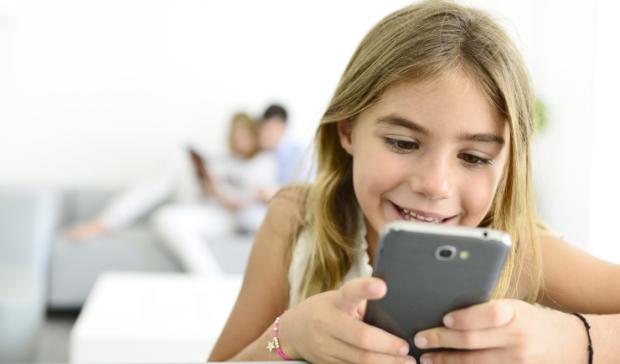 Переважна більшість дітей, а саме 85% зізнаються, що не в силах обходитися без свого смартфона.