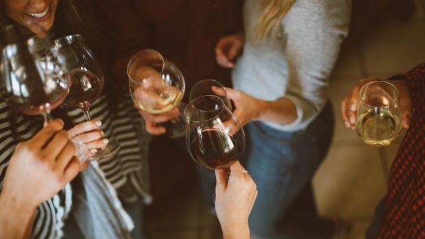С началом карантина украинцы стали больше употреблять спиртного. Да, согласно результатам социологического опроса, проведенного социологической группо