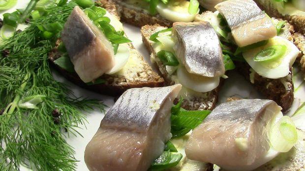 Якщо абстрагуватися від ризиків, то виявиться, що оселедець сама по собі риба дуже корисна. Цю жирну рибу краще дитині молодшій 2-3 років не давати дл