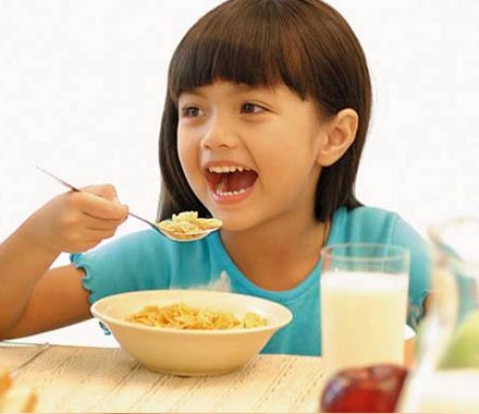 Що має їсти дитина на сніданок?Сніданок – це не просто прийом їжі. Це своєрідний момент пробудження організму від сну, насичення його необхідними речо