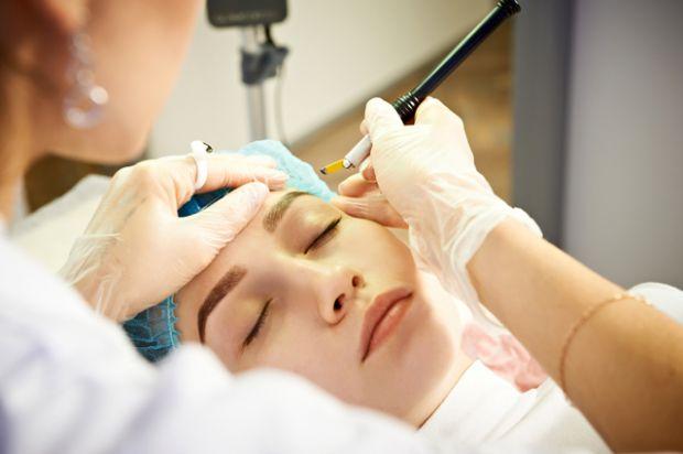 Якщо вам набридло щодня коригувати форму брів пінцетом, терплячи при цьому біль, наступні поради для вас. Повідомляє сайт Наша мама.