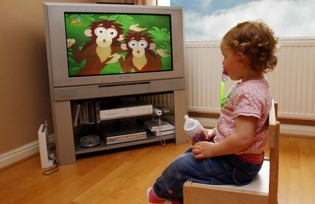 Зараз багато батьків, щоб заспокоїти малечу, включають мультфільми. Але чи знали ви, що дітям взагалі телевізор варто дивитися після 3-х років і лише