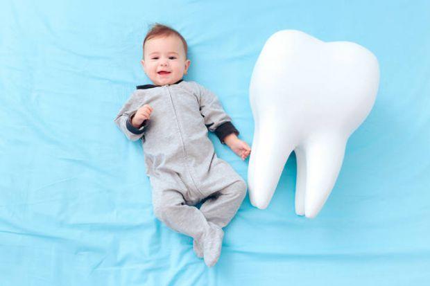Як зрозуміти, що у дитини прорізуються зубки? Чи можуть з'явитися зуби в 3-4 місяці? І що робити, щоб полегшити стан малюка?