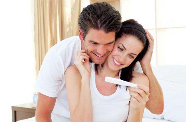 Багато новоспечених матуь вважають, що поки не повернулися місячні після пологів і поки жінка годує грудьми малюка, вона не може завагітніти. Але цей