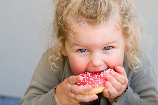 Фахівці стверджують, що дитині необхідно прищеплювати правильні харчові звички з найменших років.