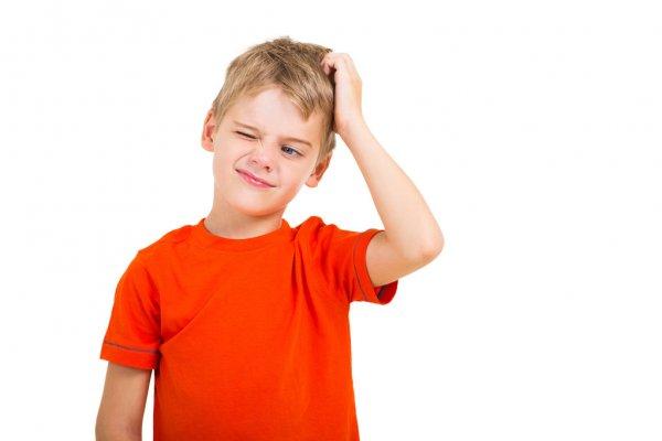 Для того, щоб дитина не заразилася вошами від інших людей, потрібно навчити її уникати безпосереднього контакту голови до голови, вбирати
