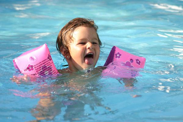 Привчаючи малюка до плавання, ми зможемо зміцнити м'язи його організму. Так стимулюється кровообіг, зміцнюється серцевий м'яз, підвищується загальний