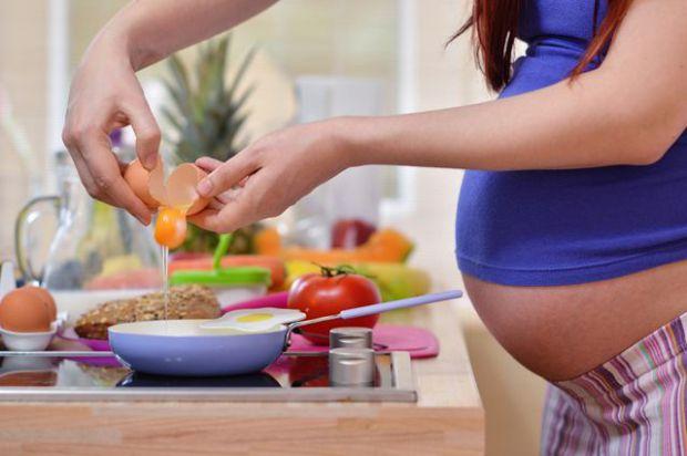 Якщо ви хвилюєтеся за здоров'я вашого ще ненародженого малюка, подбайте про те, щоб у вашому раціоні не було заборонених продуктів для вагітних. Їх пе