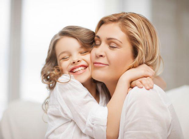 Маленькі діти неймовірно чуйні до невербальних способів спілкування - жестів, міміки, інтонації. І показати своє особливе ставлення їм можна не тільки