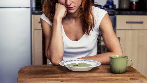 Чи помічали, що одні люди в стресових ситуаціях починають дуже багато є, а інші, навпаки, повністю відмовляються від їжі? Дізнайтеся, як працює стрес,