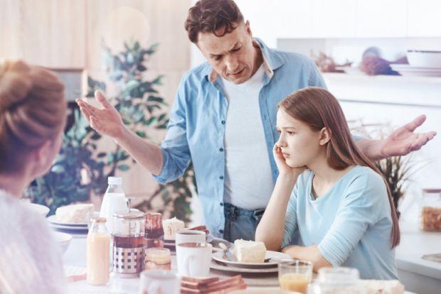 Спроби контролю підлітка виглядають як насильство і по суті ними і є. Тому підлітки зазвичай починають нагло себе поводити та хамити батькам. Як з цим