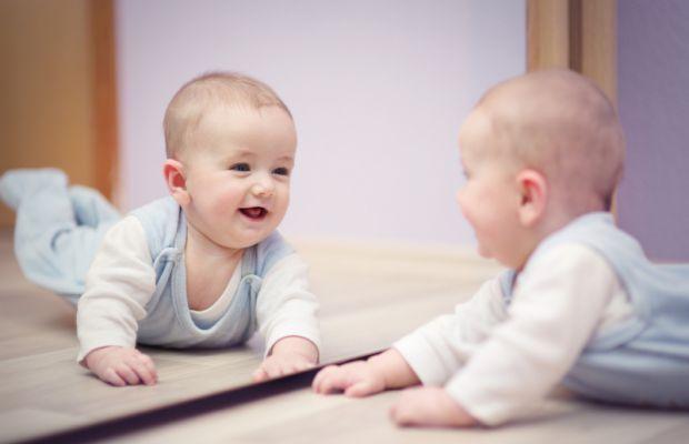 Згідно з наявним повір'ям, новонароджених дітей не можна показувати в дзеркало до тих пір, поки їм не виповниться рік. Ця заборона має багато підстав,