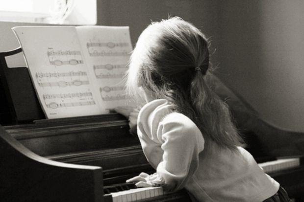 У школах доволі часто, з початкових класів відбирають дітей на додаткові заняття музикою, які мають слух і гарно співають, але чи потрібно це дитині -