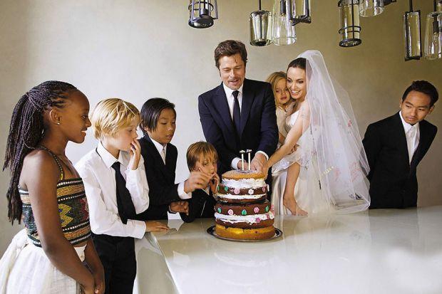 Знаменита пара Голлівуду - Анджеліна Джолі і Бред Пітт у 2016 році подали заяву на розлучення. Ця новина шукувала увесь світ, адже їх сім'я була прикл