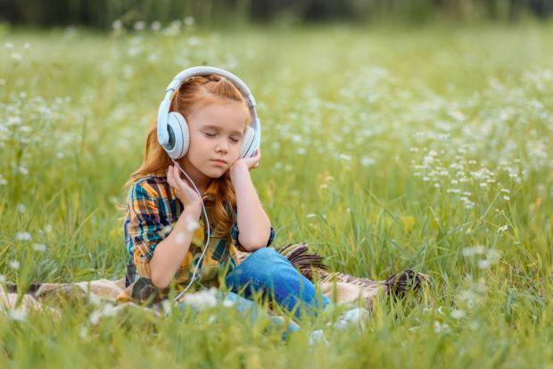 Сучасного підлітка складно уявити без навушників у вухах. І ми добре знаємо, що це – не безневинний девайс. Про небезпеки, які представляють навушники