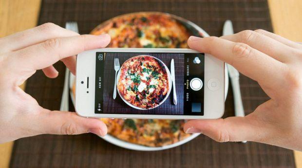 ПіцаНеможливо наїстися одною скибочкою, тому що в піці міститься тісто з білого борошна, гідрогенізовані жири, плавлений сир і консерванти. Все це зни