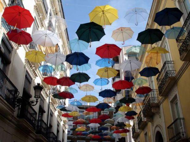 Осінь - сезон дощів, отож потрібно придбати якісну парасольку, яка вас захистить від дощу і не поламається після першого разу користування.