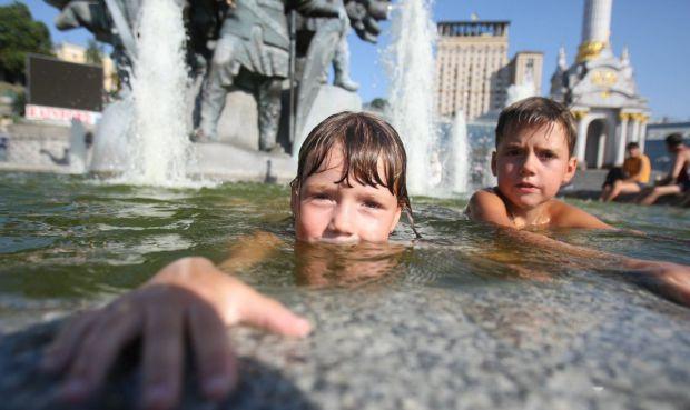 Багато чоловіків і дітей люблять застрибнути у фонтан, щоб освіжитися або задля розваги. Чим загрожує купання в фонтанах - читайте у матеріалі.