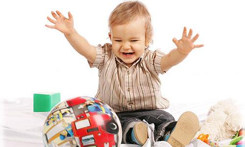 Багатьох мам доводить до відчаю факт, що вже підросла, на їхню думку, дитина не вміє або не хоче грати самостійно. Вони завмирають від захоплення, слу