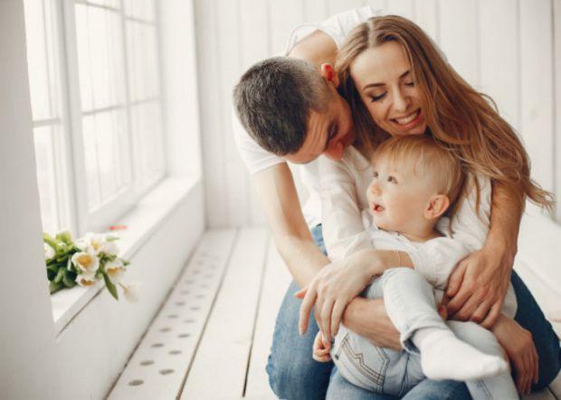 Доведено, що дитина, яку в родині часто обіймають, пригортають до себе і цілують, менше хворіє, має міцний імунітет, виглядає більш щасливішою та стій