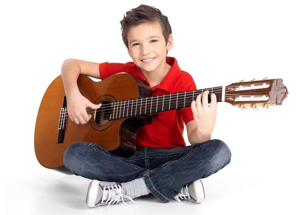 Розвивайте своє чадоЯкщо ваш малюк хоче навчитися грати на гітарі, фортепіано чи на скрипці - дозвольте йому це, навіть якщо на це є багато
