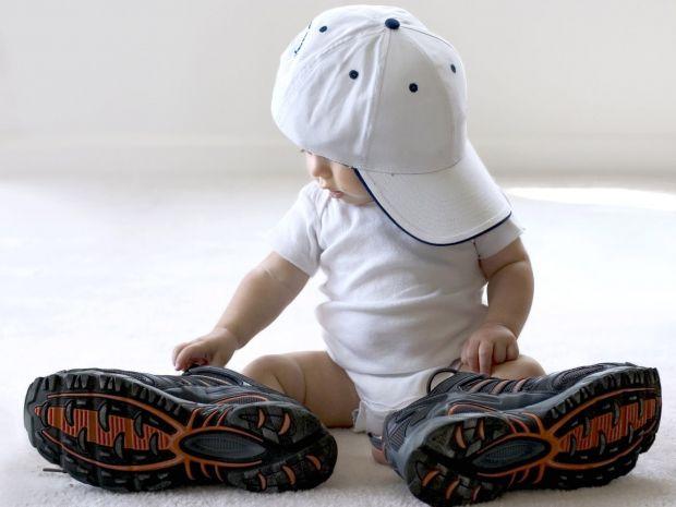 Милий малюкНаймиліший карапуз, ймовірно, майбутній танцюрист, ще не ходить, але це йому не заважає в такт музики виконувати нікому не відомий, але дуж