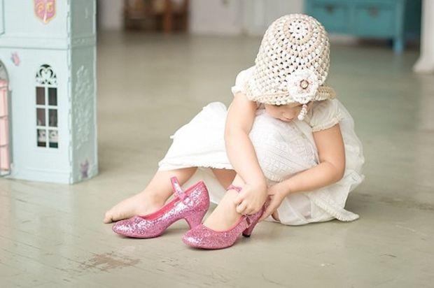 Маленькі дівчатка готові одяати мамині туфлі з миті, як навчаться ходити. А коли можна?