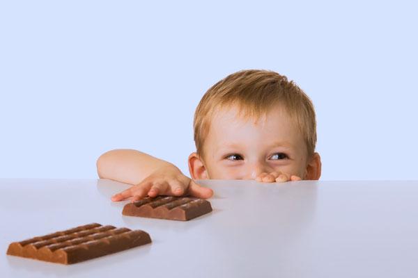 Принципова особливість дитячого організму в тому, що обмінні процеси в ньому йдуть набагато швидше, а тому і цукру без видимої для себе шкоди дитина м