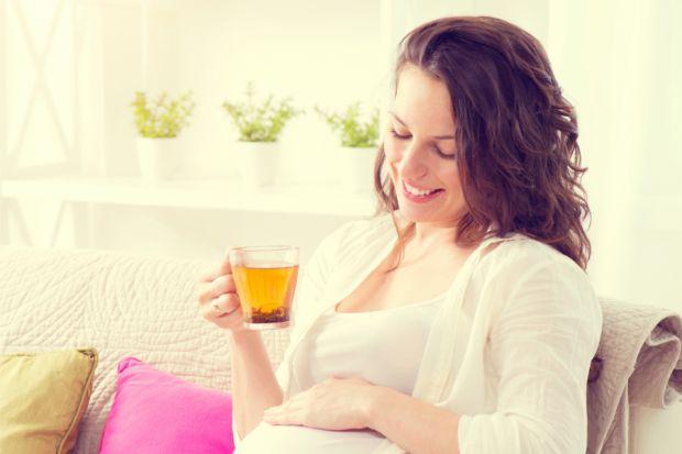 Чай пити вагітним можна, але при цьому без зловживань. І в чорному, і в зеленому чаях міститься кофеїн. Якщо чай міцно заварений, то він містить кофеї