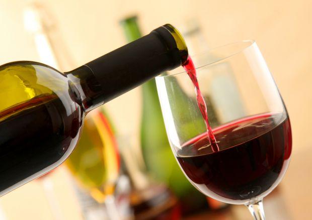 У вашій шафі або в холодильнику давно зберігається пляшка вина, і ви не впевнені чи його ще можна вживати? Експерти в області здорового харчування наз