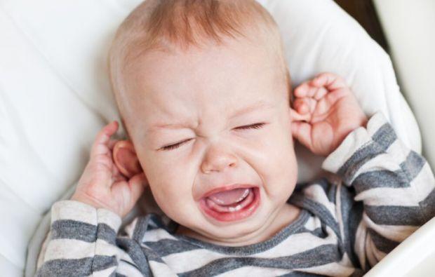 Якщо малюк, якому ще немає року, чухає вушка, то потрібно дізнатися причину і її чим скорше вирішити, якщо вона небезпечна для здоров'я дитини.