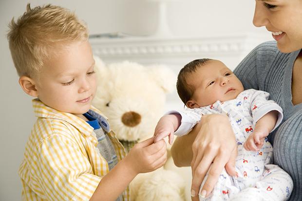 Пропонуємо вашій увазі кілька порад, які, полегшать життя мамі і татові двох дітей.
