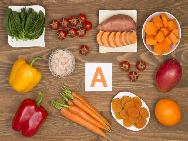 Вітамін А міститься в рослинних і тваринних джерелах - в курці, яловичині, яйцях, рибі, яблуках, абрикосах, апельсинах, манго, моркві, гарбузі, ріпі,