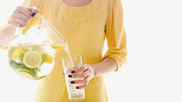 Медики переконують, що випиваючи склянку теплої води із свіжовичавленим соком лимона натщесерце, можна не лише зміцнити імунну систему, а й попередити
