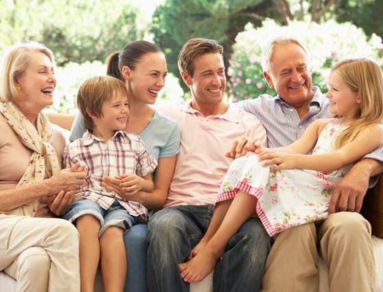 Ні для кого не стане відкриттям той факт, що бабусі і дідусі дозволяють внукам більше, ніж мама з татом. Чи добре це і як на таке реагувати батькам?